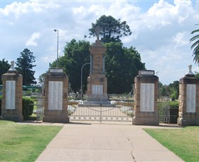Warwick War Memorial and Gates - Victoria Tourism